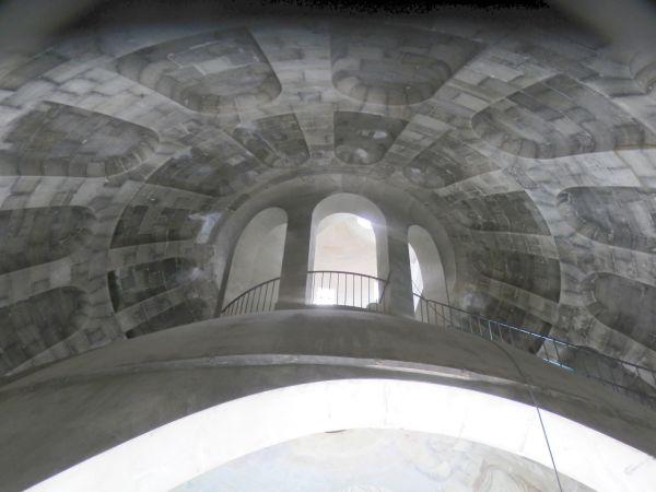 L'intradosso della cupola esterna e il contatto con la lanterna.
