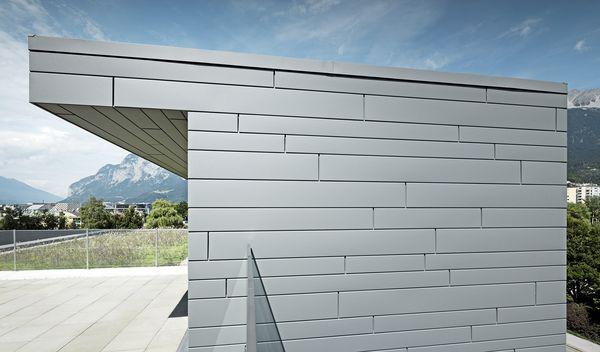 La scelta dei progettisti è ricaduta sulle doghe Prefa color grigio chiaro.