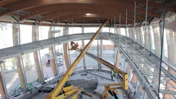 La passerella metallica posizionata nella parte bassa del fabbricato è stata ancorata direttamente alle travature lignee del Pavilion. (Foto Prospekt)
