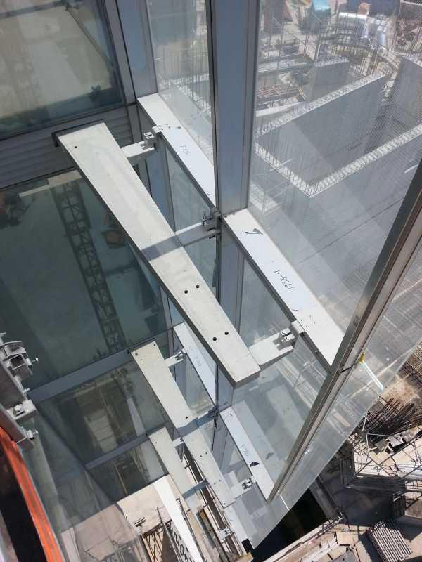 La parte a sbalzo delle specchiature è assicurata alla struttura principale con bielle appositamente sagomate.