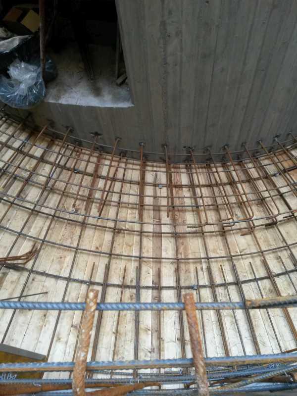 L'armatura del piano di calpestio della scala è stata realizzata in seconda battuta con l'inghisaggio di barre all'interno della struttura centrale in calcestruzzo armato.