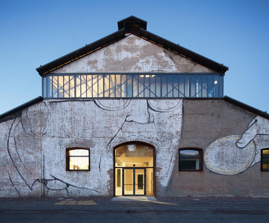 La facciata e un interno risistemato del capannone 19 che ospita il Tecnopolo (©Andrea Oliva Architetto; © Kai-Uwe Schulte-Bunert).