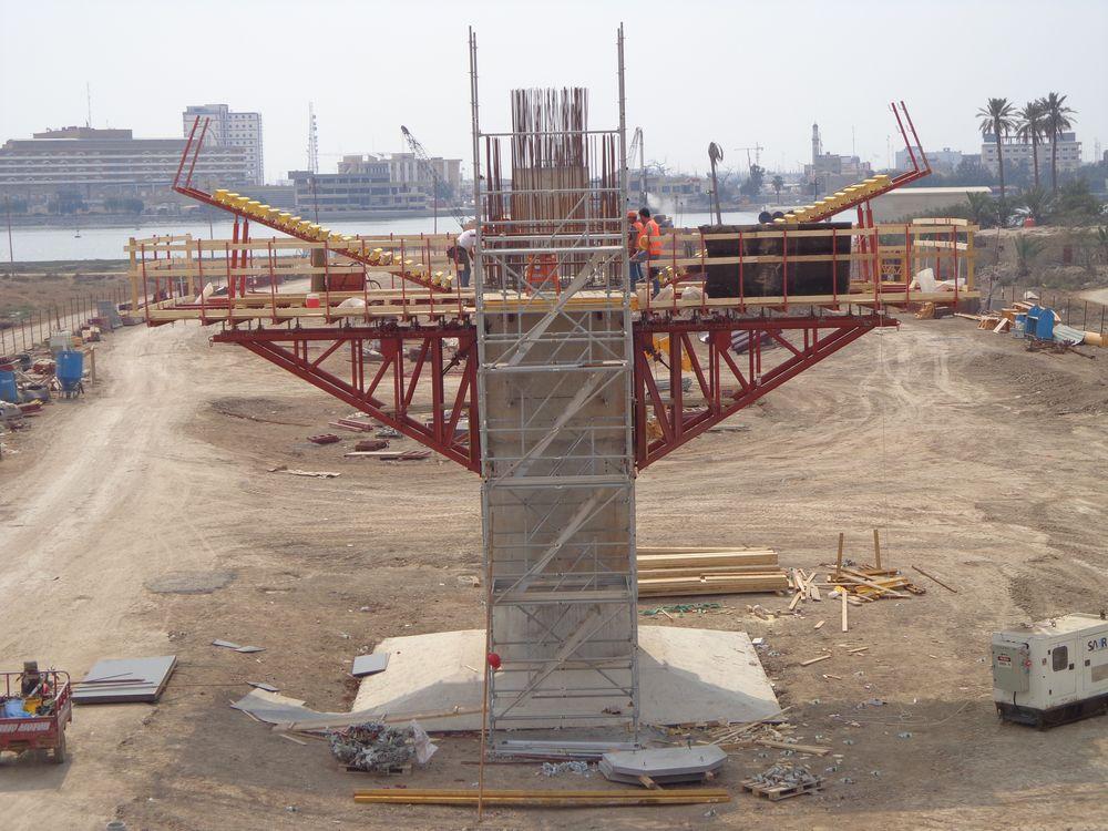 L'impalcato metallico è realizzato in acciaio, così come le due antenne principali che sorreggono lo stesso.