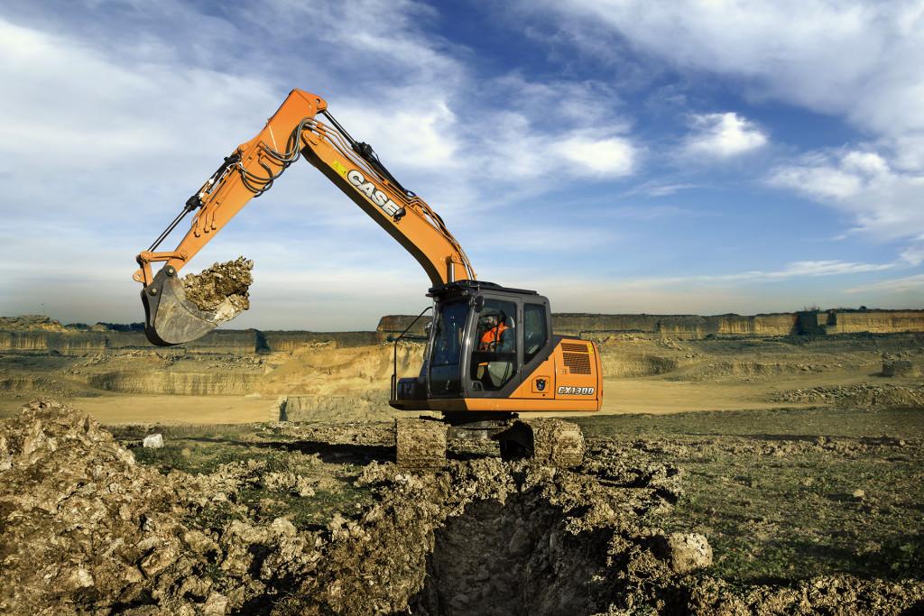 Gli escavatori della nuova serie d Case Construction presenterà a Bauma 2016 la rinnovata gamma degli escavatori cingolati Serie D, con cinque modelli di taglia media ed heavy (dalle 13 ton del CX130D alle oltre 50 ton del CX490D). Tutti montano i motori Tier 4 Final (Euro Stage IV) con sistema Scr e senza filtro antiparticolato Dpf, per una riduzione di consumi e di costi di manutenzione. La gamma si presenta rinnovata sia nei contenuti tecnici, con il collaudato sistema idraulico intelligente Shs (Smart Hydraulic System) per il controllo dei comandi, sia nel comfort in cabina con schermo multifunzione e telecamera per la visione posteriore e laterale e la disponibilità di illuminazione con luci Led durante le fasi di lavoro.