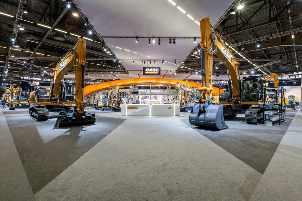 Lo stand case di Intermat 2015: il ponte simboleggia il passaggio alla nuova era in cui Case Construction Equipment è divenuto il worldwide brand di tutta la gamma del movimento terra del Gruppo.