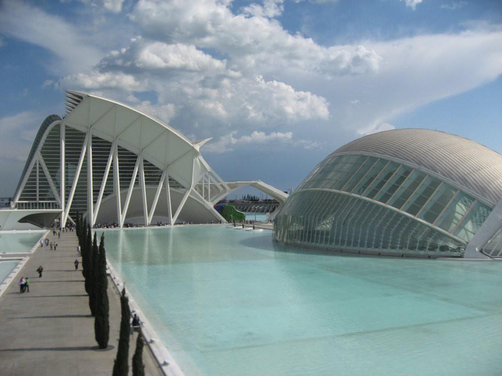 L'edificio progettato dall'architetto valenciano Santiago Calatrava presso la Ciutat de les Arts i les Ciènces di Valencia, per motivi di degrado delle coperture a causa del vento, potrebbe essere trattato con vernici a base di grafene.