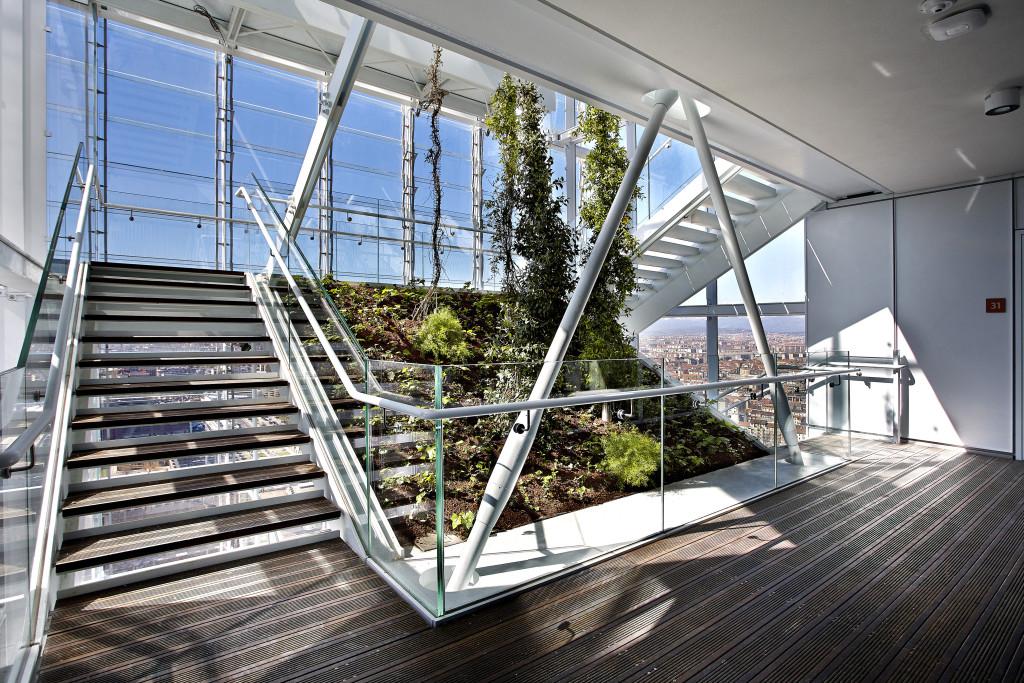 Lungo il fronte sud vi è, nel corpo scala, la presenza di un giardino d'inverno, per aiutare a migliorare il microclima interno degli ambienti (©Andrea Cappello).