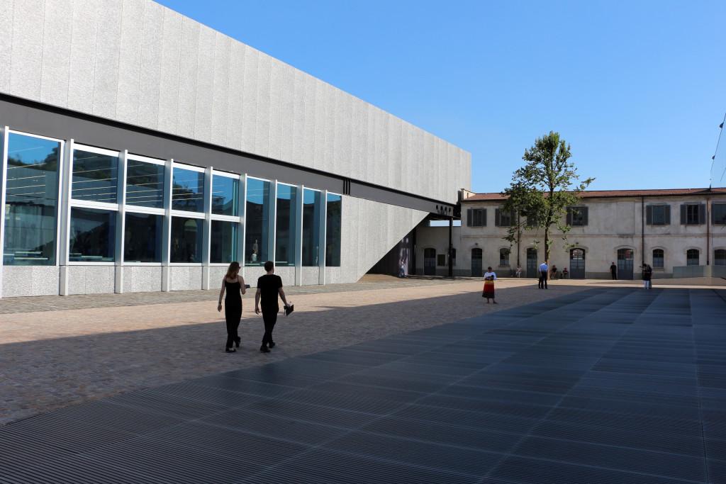 Fondazione Prada a Milano, cortile (© Sailko).
