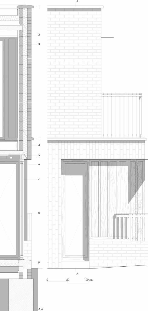 Dettaglio 2 | Prospetto e sezione verticale del fronte ovest in corrispondenza dell'angolo con il fronte sud. Il piano superiore è arretrato rispetto a quello inferiore così da ricavare un balcone. La porta finestra con telaio in rovere è schermata da un frangisole orizzontale in alluminio anodizzato. La chiusura del piano superiore è a doppia parete con intercapedine isolata, muratura esterna in laterizio faccia a vista a corsi orizzontali con giunti sfalsati e muratura interna rivestita in pannelli in cartongesso. In corrispondenza dei vuoti la muratura in mattoni è sostenuta da un architrave metallico isolato. Legenda 1. elemento in calcestruzzo prefabbricato; 2. muratura in mattoni faccia a vista a corsi orizzontali; 3. isolamento; 4. muratura in mattoni faccia a vista a corsi verticali; 5. architrave metallico isolato; 6. pannello di rivestimento in alluminio; 7. portafinestra con telaio in rovere; 8. parapetto in alluminio anodizzato; 9. soglia in calcestruzzo prefabbricato.