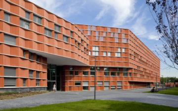 Per la nuova sede universitaria di Madrid facciate ventilate con laterizio estruso
