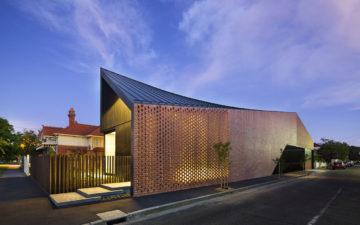 Pareti traforate in mattone rosso per l'abitazione monofamiliare autraliana