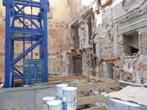 Lo spazio a disposizione del cantiere risultava molto limitato. Anche il piccolo cortile interno è stato impiegato per il posizionamento della gru di cantiere, oltre che per lo stoccaggio temporaneo dei materiali da impiegare all'interno degli ambienti..