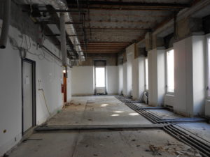 Gli interni sono stati oggetto di operazioni di streap-out completo, in modo da consentire anche una lettura maggiormente approfondita della composizione strutturale e materica degli elementi originali del fabbricato.