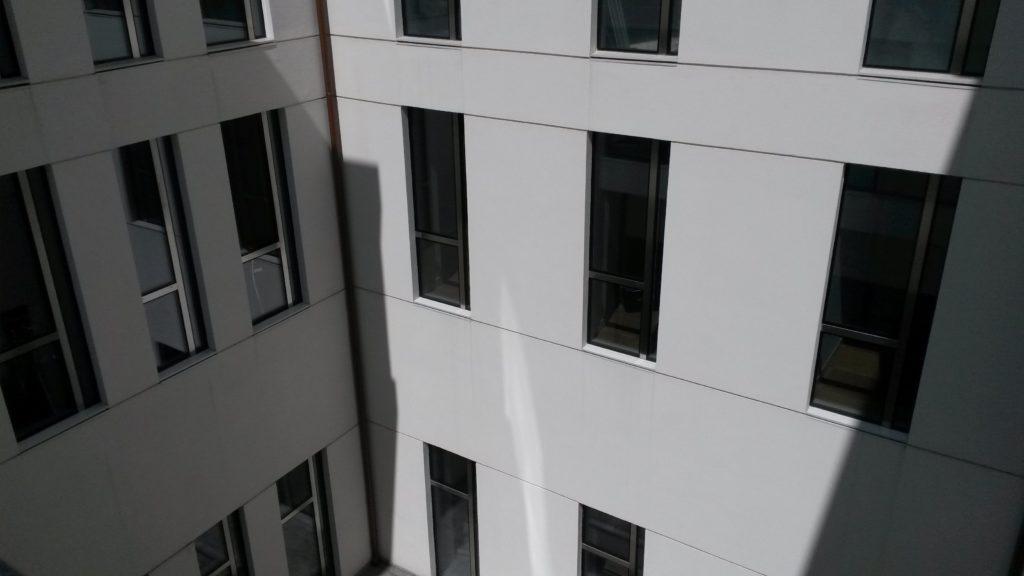 Le facciate interne del cortile sono state ridefinite attraverso una razionalizzazione e omogeneizzazione delle aperture. L'intera superficie è stata successivamente intonacata con colore chiaro per aumentarne la luminosità.