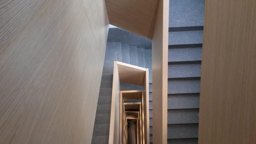 La nuova scala interna attraversa tutti i solai e disimpegna gli spazi abitativi da quelli a uso terziario e commerciale.