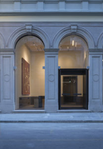 Le nuove specchiature sono di tipo invisibile: i profili risultano nascosti dalla muratura lasciando intravedere solo la geometria dell'arco in muratura e pietra.
