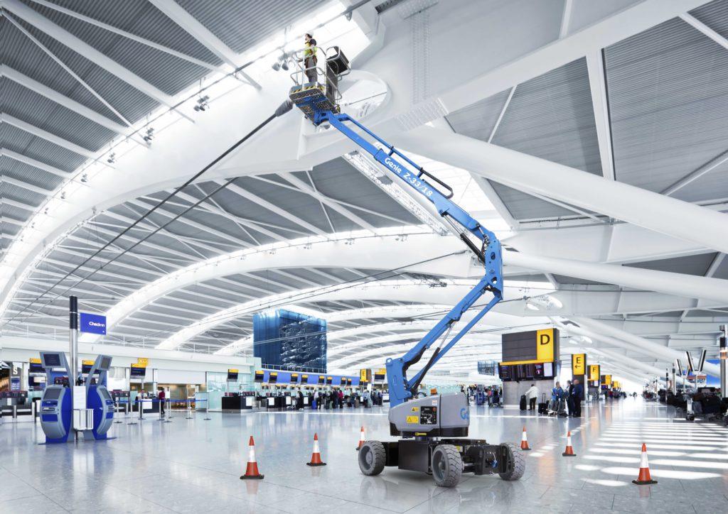 La Z-33 in un'applicazione indoor: tra le prime piattaforme ad alimentazione elettrica in grado di garantire alte prestazioni e lunghi cicli di lavoro.