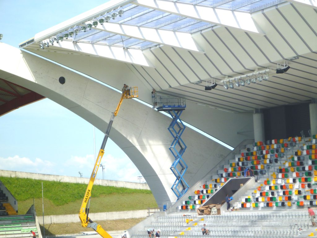 Il cantiere ha previsto la completa demolizione e ricostruzione delle due curve (a partire dalla Nord) e della tribuna Ovest (distinti), ricostruite più vicine al campo di gioco per permettere una migliore fruizione dell'evento sportivo.