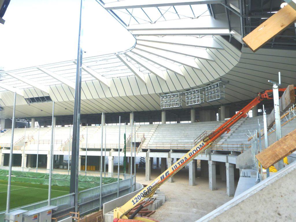 La Haulotte HA 32 PX in opera nel cantiere dello Stadio Friuli: il suo utilizzo è stato indispensabile per la realizzazione della copertura e delle controsoffittature.