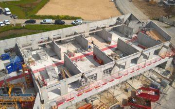Struttura a setti in cemento su tre livelli e facciate diversificate