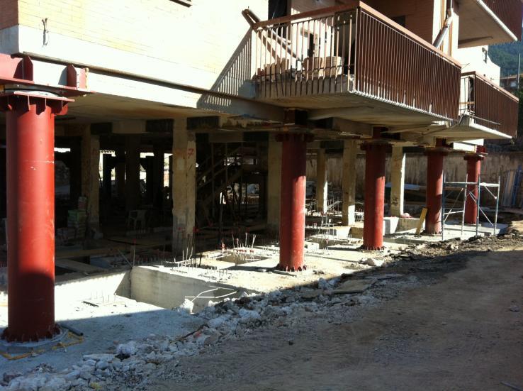 4. Utilizzo di colonne in tubolari in acciaio e dispositivi di isolamento per l'adeguamento sismico di un edificio residenziale, L'Aquila.