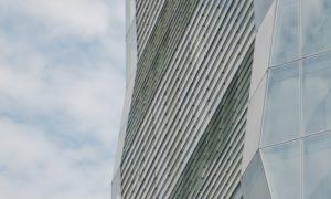 La  torre residenziale con la facciata in vetro che riflette la luce